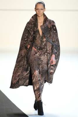 Zuzanna Bijoch. Substrats ma.r.s. print alpaca double-face cape, silk georgette bluse, wool double-face boy pant (22)