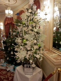 Tree No.13 Graff Monte-Carlo with a pair of pearl and diamonds earrings under the tree