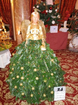 """Tree No.24 Ljuba Rizzoli """"The Angel of Christmas"""" and under the tree 2 golden bracelets"""