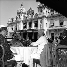 Charlie Chaplin having lunch on the terrace of the Hotel de Paris @Robert Oggero / Archives Societe des Bains de Mer