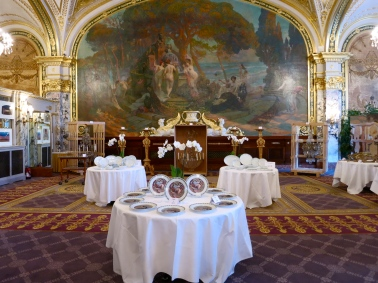 Different type of dishes displayed in the Salle Empire before the auction @CelinaLafuenteDeLavotha