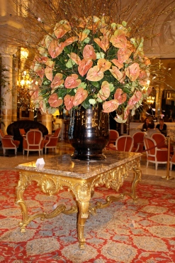 Pedestal table Louis XV on display in the grand hall of the Hotel de Paris @CelinaLafuenteDeLavotha