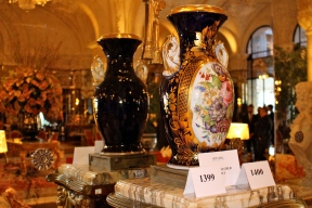 Display of a pair of porcelain vases in the taste of Secres from the Louix XV Alain Ducasse restaurant (#1399) @CelinaLafuenteDeLavotha