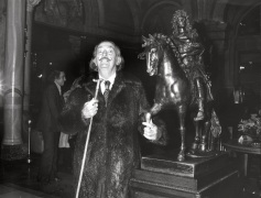 Salvador Dali touching the famous bronze of Louis XIV in the lobby of the Hotel de Paris @Robert Oggero / Archives Society des Bains de Mer