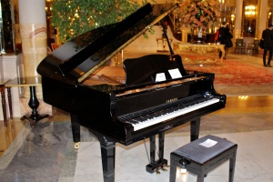 Yamaha piano from the American Bar at the Hotel de Paris on display in the grand hall before the auction @CelinaLafuenteDeLavotha