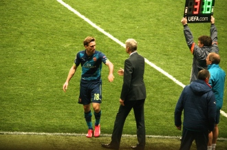 A frustrated Arsene Wenger salutes Nacho Monreal who was replaced @CelinaLafuenteDeLavotha