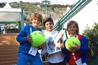 Young tennis autograph hunters @CelinaLafuenteDeLavotha