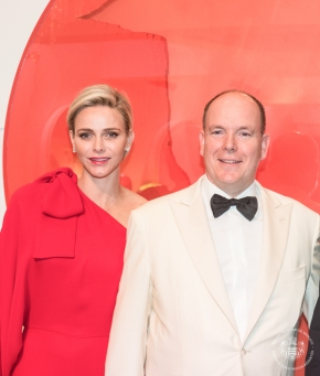 Princess Charlene and Prince Albert possing by a sculpture at the entrance of the Salle des Etoiles 2015 @Eric MATHON, Palais Princier