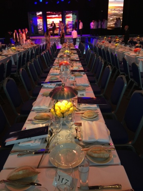 Our table facing the stage in the center of the room @CelinlaLafuentedeLavotha