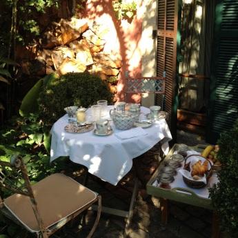 Breakfast waiting outside the bedroom @CelinaLafuenteDeLavotha