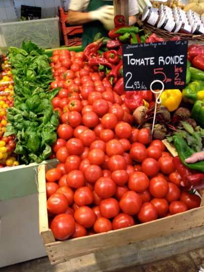 Red round tomatos at the market at Bois le Plage @CelinaLafuenteDeLavotha