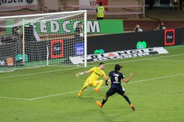 Subasic trying unsuccessfully to stop Cavani from scoring @CelinaLafuenteDeLavotha