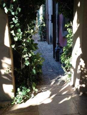 The sun playing with the walls of the Secret Gardens @CelinaLafuenteDeLavotha