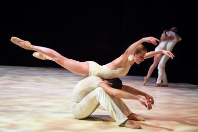 Dancers performing Vers un pays sage (2) @Alice Blangero