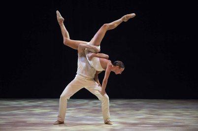 Dancers performing Vers un pays sage @Alice Blangero