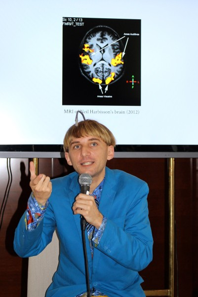 Neil Harbisson with the MRI image of his brain on top @CelinaLafuenteDeLavotha