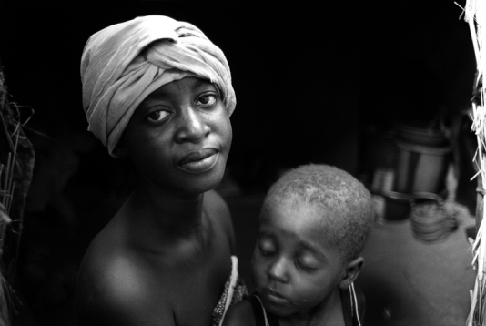 Rakia, 20 and her daughter, Nafissa, 3, Niger @Nick Danziger