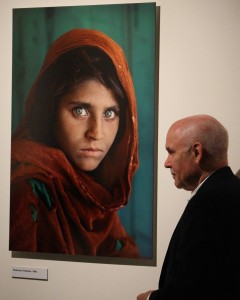 Steve McCurry by the iconic photo of the Afghan Girl (1984) @CelinaLafuenteDeLavotha