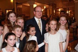 HSH Prince Albert surrounded by the singers from chorus of the International School of Monaco©EdWImages_AImc2015_0113