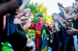 Lucas di Grassi saluted by the fans in Buenos Aires Feb. 6 2016 @P1 Media Relations