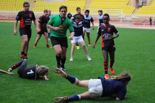 Young rubby men and women battlilng under the rain at Stade Louis II @CelinaLafuenteDeLavotha