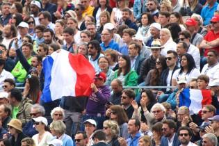 Fans branding French flags for Monfils @CelinaLafuenteDeLavotha