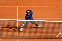 Gael Monfils balancing the tennis ball at the net @CelilnaLafuenteDeLavotha