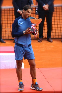 Rafael Nadal kissing his 9th trophy in Monte-Carlo 2016 @CelinaLafuenteDeLavotha