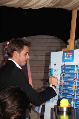 Stan Wawrinka signing the Top ATP Singles ranking poster at Zelo's launch party @CelinaLafuenteDeLavotha