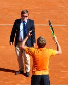 David Goffin with arbiter Cedric Mourier contesting a call Spain MCRM2017 @CelinaLafuentedeLavotha