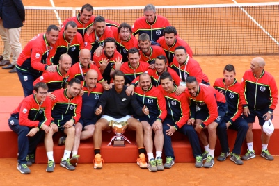 Rafael Nadal posing with the men who take care of the courts @CelinaLafuentedeLavotha