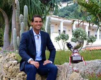 Rafael Nadal with the Prince's Cup he wants to win again in 2017 @CelinaLafuentedeLavotha