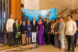Prince Albert with Patricia Zobel de Ayala and everybody involved in the Tubbataha exhibition @P.Fitte
