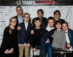 Marc Oberon (L) and Isabelle Rosabrunetto with students from College Charles III and other children, 2018 LE TEMPS PRESSE.@Le Temps Presse Kampucheaphoto