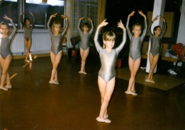 Marianna Barabas at 7 (second from the right) @MB