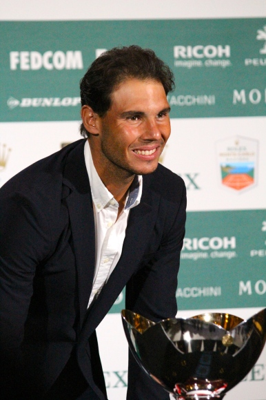Rafael Nadal possing with the main trophy @CelinaLafuentedeLavotha
