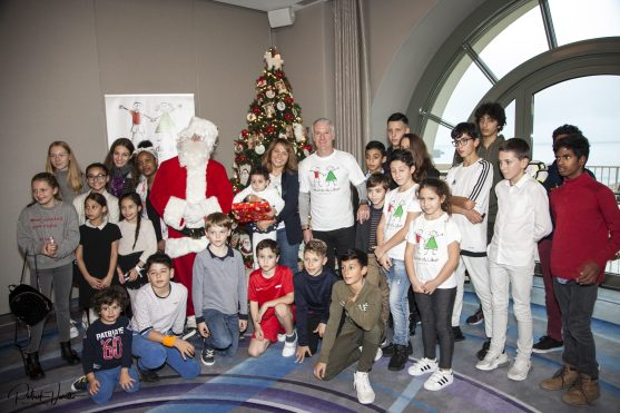 Bouran Hallani and Didier Dechamps with Santa Claus and the children supported by Les Amis du Liban, Christmas for All, 2018 @Patrick Varotto