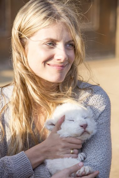 Melanie Laurent (Alice Owen) with Charlie the lion cub @copyright Coert WiechersGalatÇe Films-Outside Films