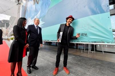 H.S.H. Prince Albert II with artist Eduardo Kobra and Luciana de Montigny, President Association « Brazil Monaco Project » © Manuel Vitali - Direction de la Communication