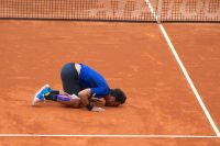 Fabio Fognini kissing the clay court after his victory, Sunday, April 21, 2019 @CelinaLafuentedeLavotha