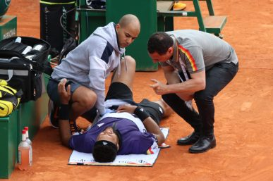 Jo Wilfried Tsonga treated for back problem, April 16, 2019 @CelinaLafuentedeLavotha