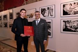 Photographers Olivier Huitel and Jean-Charles Vinaj with their book Artisans Princiers © Bruno Bebert